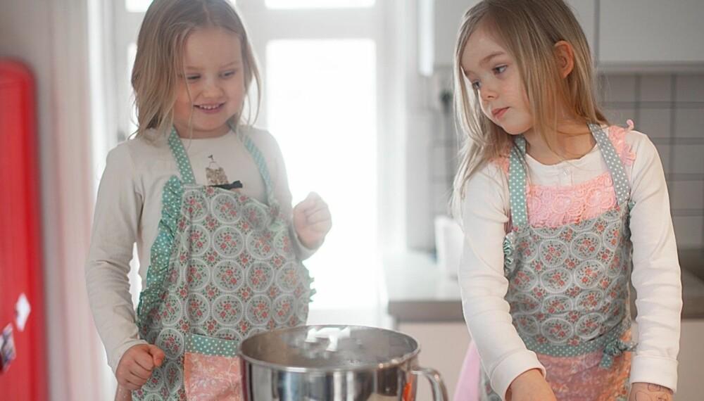 SMÅ KOKKER: Lær barna å bli selvstendige på kjøkkenet, så kan de lage kanelbollene selv mens du tar deg en hvil på sofaen neste gang. Foto: Per Olav Sølvberg.