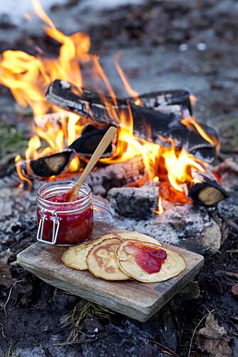 PANNEKAKER: Mmm, grove pannekaker stekt på bålet!