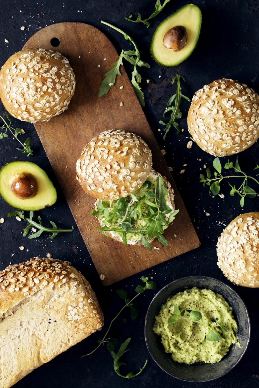 RUNDSTYKKER: Disse rundtstykkene smaker ekstra godt med avokado.