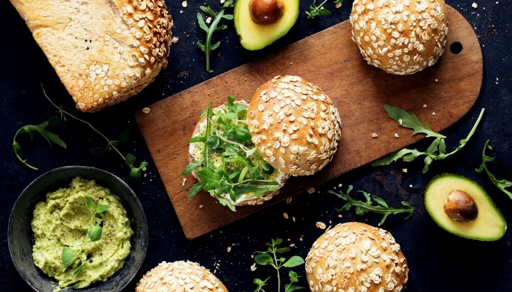 GROVE RUNDSTYKKER: Den populære kjeden med økologiske bakeverksteder, Godt Brød, har delt fem av sine populære oppskrifter på gjærbakst. Disse grove rundstykkene er en av dem.