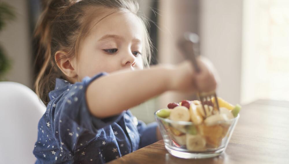 VEGETARMAT FOR BARN: Både helsemyndighetene og flere leger anbefaler vegetarkost til barn og sier det ikke er noen fare forbundet med å droppe kjøtt og fisk. Foto: Gettyimages.com.