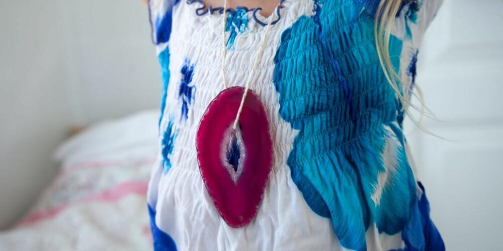 LAG DINE EGEN SMYKER: Om det er hull i steinen, får du originale halskjeder på et blunk.