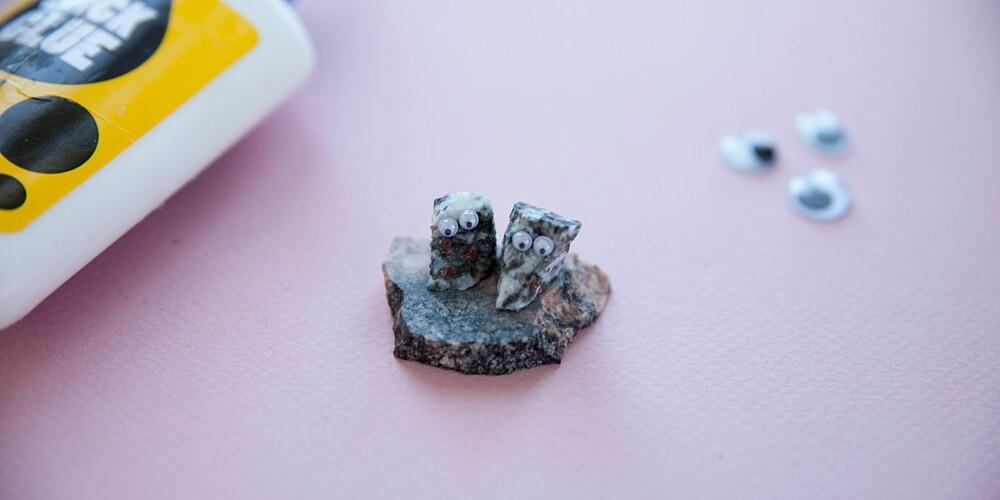 SMÅ FIGURER: Morsomme figurer dere kan leke med lages enkelt med steiner, plastøyer og lim.