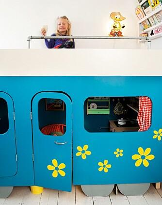 BARNESENG: Sengen kan både brukes til lek og å sove i. Det synes barna er stas. FOTO: Anitta Behrendt/Linnea Press.