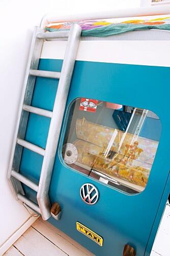 FØRERSETE: Frontruta i pleksiglass er limt fast mellom bussens skrog og en tynn, bøyelig MDF-plate. Volkswagen-logoen fant de hos en skraphandler. FOTO: Anitta Behrendt/Linnea Press.