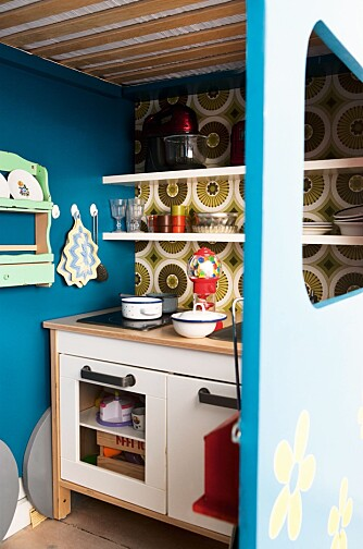BUSS MED LEKEKJØKKEN: Bakerst i bussen kan lekekjøkkenet fra Ikea gi flere timers underholdning. FOTO: Anitta Behrendt/Linnea Press.