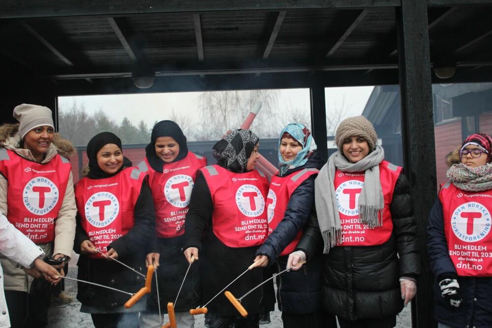 UT PÅ TUR ALDRI SUR: Bydelsmødrene var med da bydel Alna og Furuset arrangerte den årlige Kom deg ut-dagen i vinter. I samarbeid med DNT hjalp mødrene til med å grille pølser, dele ut saft og boller og hjelpe barna.