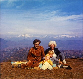 MINNER: Bestemor på besøk i Nepal i 1972. Eldrid, lillesøster og moren.