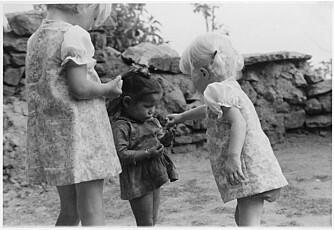 LEK: - Eldrid, søsteren Solveig og en nepalesisk venninne i 1974.