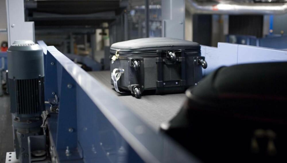 PÅ VEI: Kofferter forsvinner ned i sorteringsanlegget på Gardermoen. FOTO: Avinor