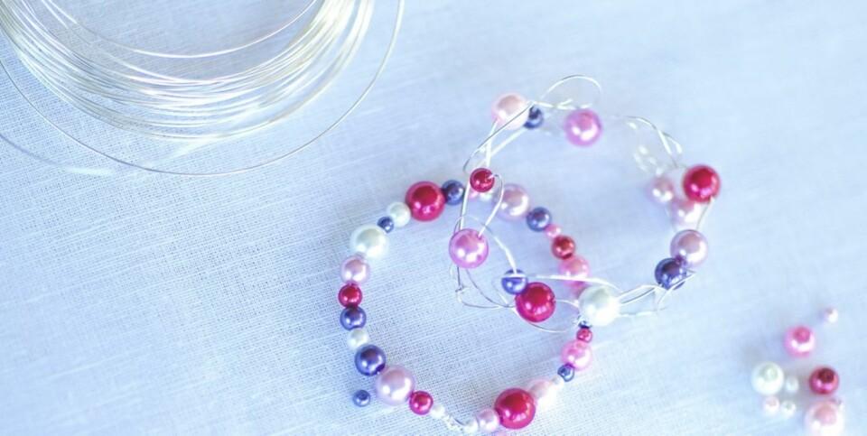 JULEVERKSTED FOR BARN: Idé til hjemmelaget julepynt kan være serviettringer av ståltråd og perler.
