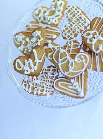 JULVERKSTED FOR BARN: Pepperkaker kan du bruke som bordbrikker, eller du kan gi dem bort i en krukke i julegave.