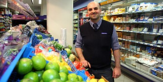 BILLIGST: - Kundene våre er prisbevisste. De vet at vi er billige på frukt og grønnsaker, sier butikksjef  Mohamad Harnouch på Rema 1000 på Sagene i Oslo.