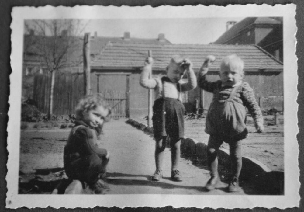 FJERNT MINNE: Reidar Gabler (i midten) sammen med broren Arne og søsteren Rose. Reidar husker lite fra oppveksten i Tyskland.