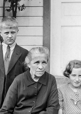 OVERLEVDE FLODBØLGEN: Asbjørg sammen med bestemor Malene og storebror Jonny. Bildet er tatt i 1933, ett år før ulykken som utslettet resten av familien.