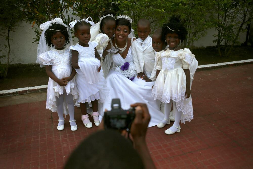 TILBAKE TIL NORMALEN: Bindu Quaye var en av mange som utsatte bryllupet sitt da Ebola-epidemien eskalerte. I januar 2015 kunne hun omsider smile utenfor bryllupslokalene i Monrovia, Liberia.