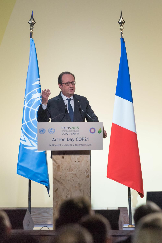 HISTORISK: Den franske presidenten, Francois Hollande, sa at partene hadde en sjelden mulighet til å skape historie. Her holder han tale på klimatoppmøtet, der en ny klimaavtale ble vedtatt 12. desember 2015.