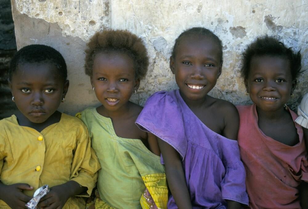 VIKTIG STEG. Disse unge jentene er fra Gambia, som var et av landene som forbød omskjæring av kvinner i år. Det er en viktig milepæl!
