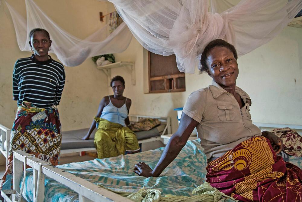 GÅR RIKTIG VEI: Disse gravide kvinnene venter på legene ved Gondama Referral Centre i Sierra Leone. Etter å ha blant annet innført ambulansesystem og døgnåpen fødeklinikk har Leger uten grenser redusert dødeligheten i landet betraktelig. Dette senteret gir gratis helsetjenester til gravide kvinner og barn under 15 år.