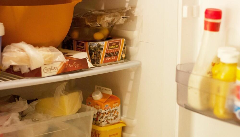 VELKJENT PROBLEM? Et glimt inn i et vanlig kjøleskap på en hverdag. I  jula blir det enda fullere. FOTO: Marte Glanville.