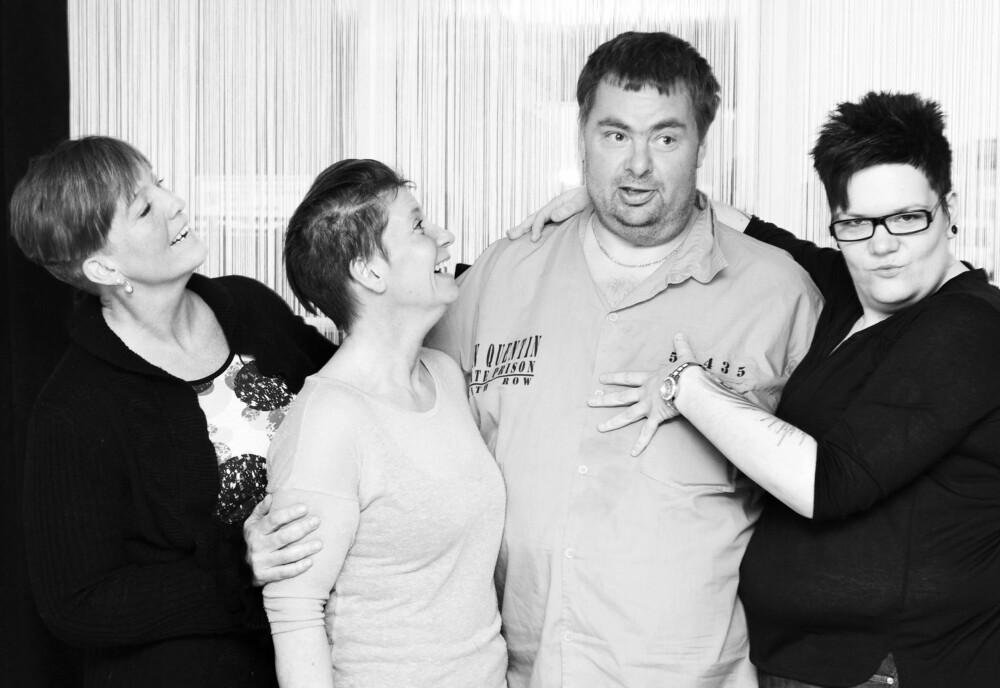 LATTER: Det er mye humor, selvironi og alvor når de fire møtes. FOTO: Gry Traaen