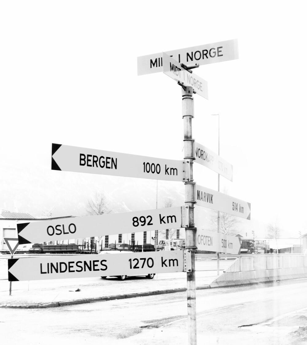 MIDT I NORGE: Skiltet som viser at Mosjøen ligger midt i landet. FOTO: Gry Traaen.