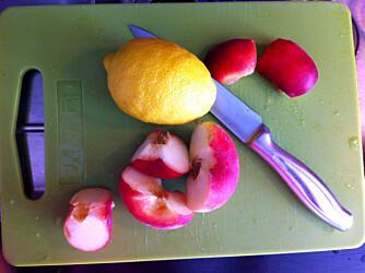 SUNT MED FERSKEN: Fersken er en mager frukt som er en god kilde til vitamin C og inneholder kun 40 kalorier per 100 gram, i følge bama.no. Foto: Hanna Cornelia Ledder.
