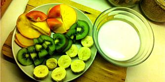 FERSK FRUKT: Bruk fersk frukt og kesam som lekkert tilbehør til svelene. Foto: Hanna Cornelia Ledder.