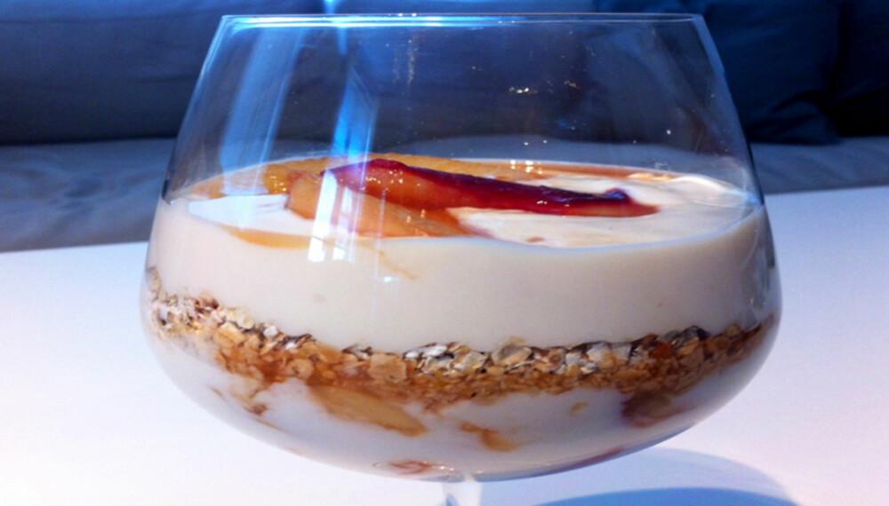 DESSERT MED FERSKEN: Dette er en sunn og smaksrik dessert. Foto: Hanna Cornelia Ledder.