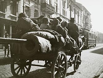 PÅ REISE: En gruppe med reisende kommer kjørende med hest og vogn. I dag er hesten byttet ut med bil og campingvogn og reisetiden begrenser de fleste til skoleferien.