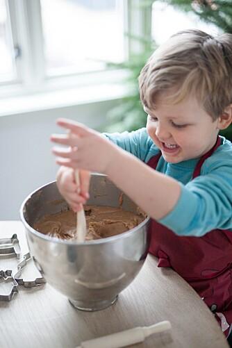 MORO FOR BARNA: La barna hjelpe til å lage pepperkakedeigen. Foto: Per Olav Sølvberg.
