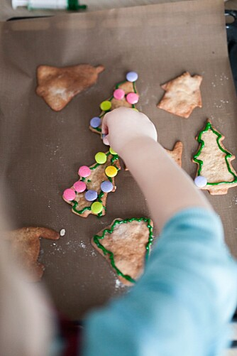 PYNTE PEPPERKAKER: Når pepperkakene er ferdigstekt kan barna ta fatt på det aller beste; pynting. Foto: Per Olav Sølvberg.