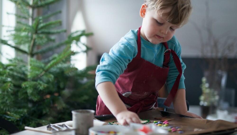 HJEMMELAGET PEPPERKAKEDEIG: Hvis du ikke har lyst til å kjøpe ferdigdeig kan det være moro å lage deigen selv sammen med barna. Foto: Per Olav Sølvberg.