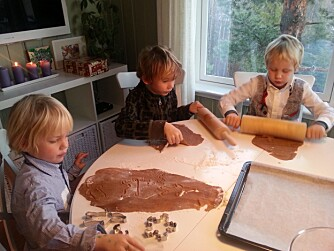 BAKING: Det er ikke så lenge unger gidder å lage pepperkaker. Her er det tilsynelatende pur idyll hjemme hos Kristine. FOTO: Privat