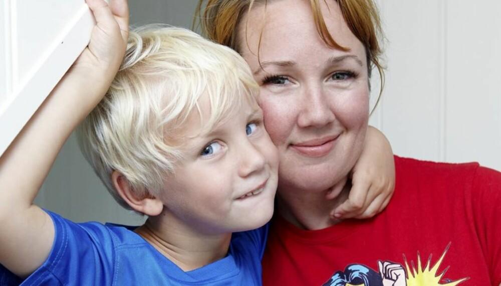 SMARTE JULETIPS: Kristine Henningsen er kjent som Antisupermamma og lager jul på sin måte. Her med sønnen Sebastian.