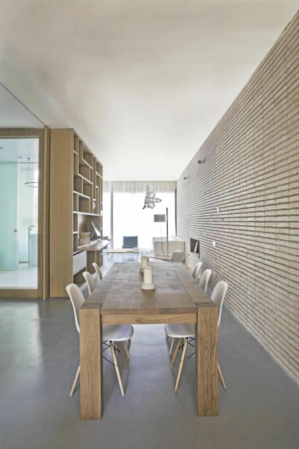 MURSTEIN: Den røffe veggen i murstein, kombinert med gulvet i betong, gir leiligheten et tøft og rustikt preg.