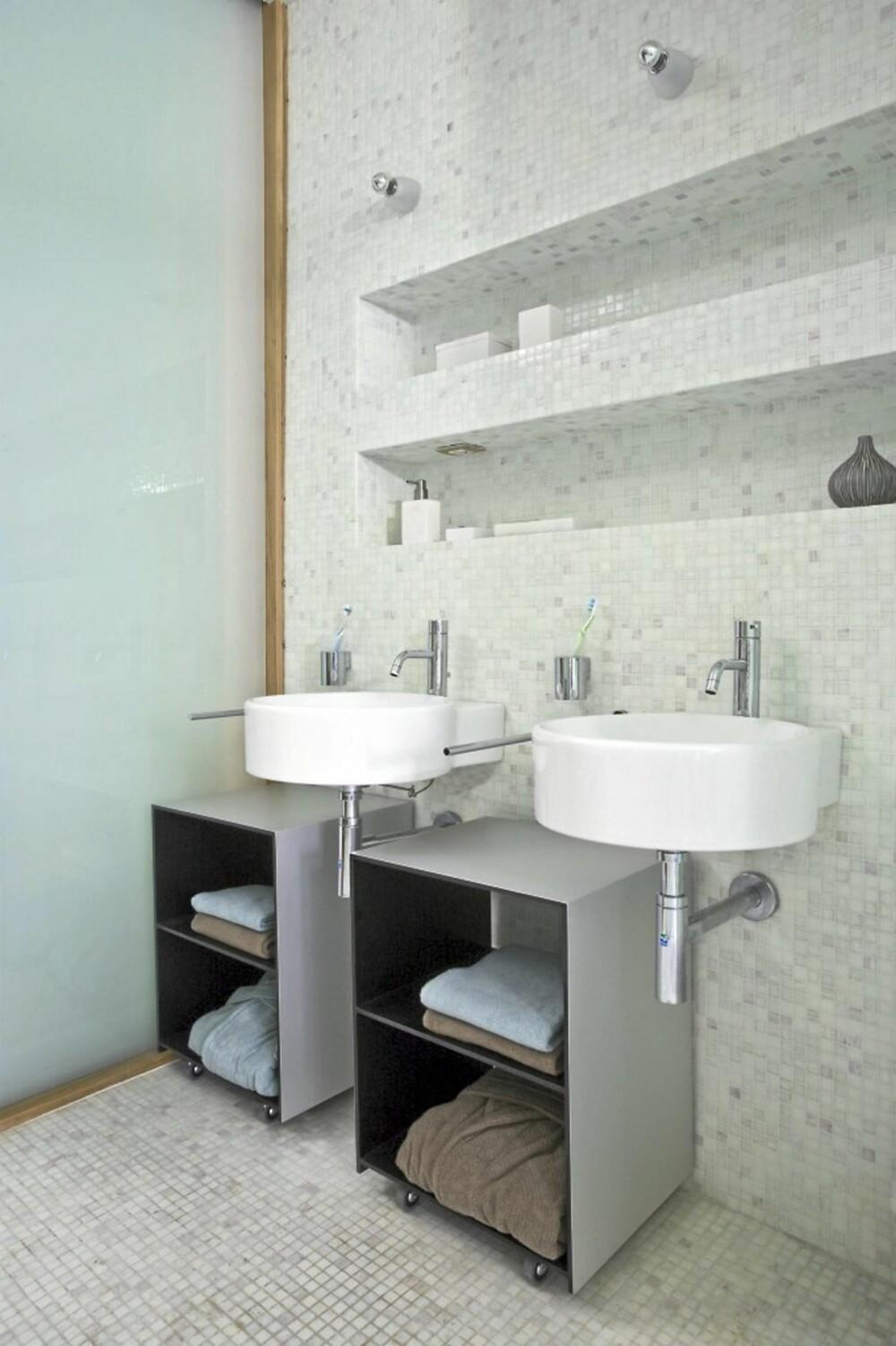 LYSE FLATER: Arkitekten har bevisst valgt lyse fliser på alle flatene på badet.
