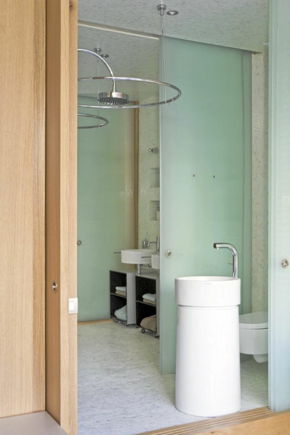 SKYVEDØR: En skyvedør i glass skiller gjestebadet av fra stuen, som også kan fungere som et gjesteværelse.