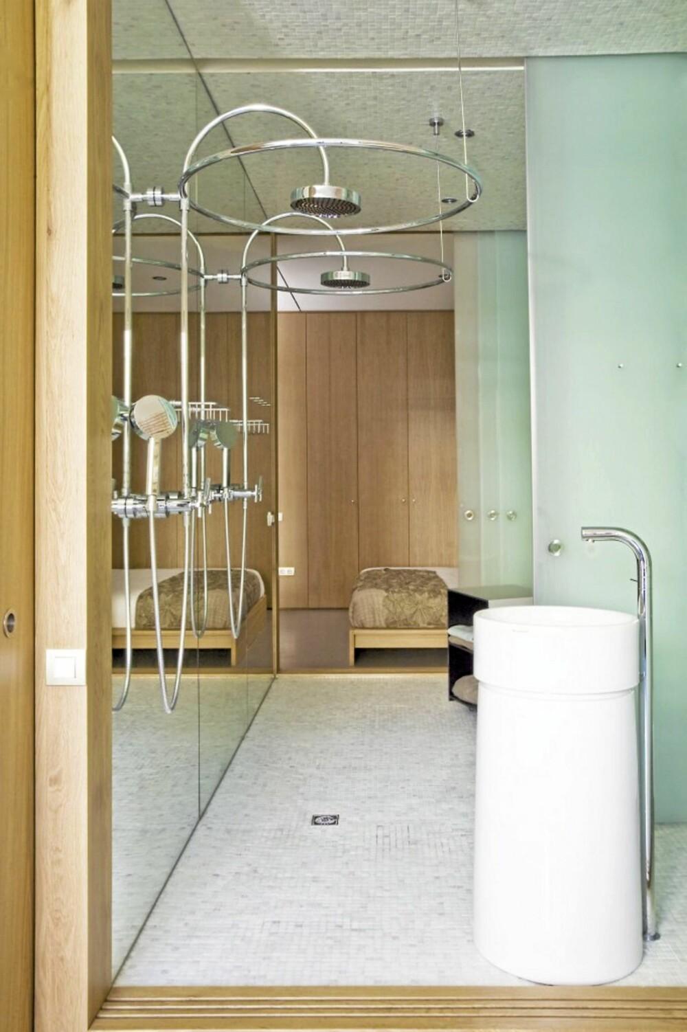 TO BAD: Skyvedører i glass skiller de to badene fra hverandre, beboeren sitt bad og gjestebadet.