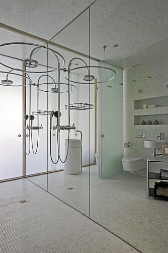 SPEIL: Den ene veggen på badet er dekket av et speil som gir en forstørrende illusjon.