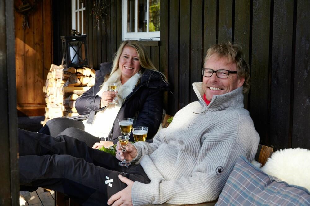 FRISK LUFT: Anita og Bent storkoser seg på hytta i Eggedal. De sitter ofte i svalgangen for å nyte frisk fjelluft  og utsikten mot fjellene.