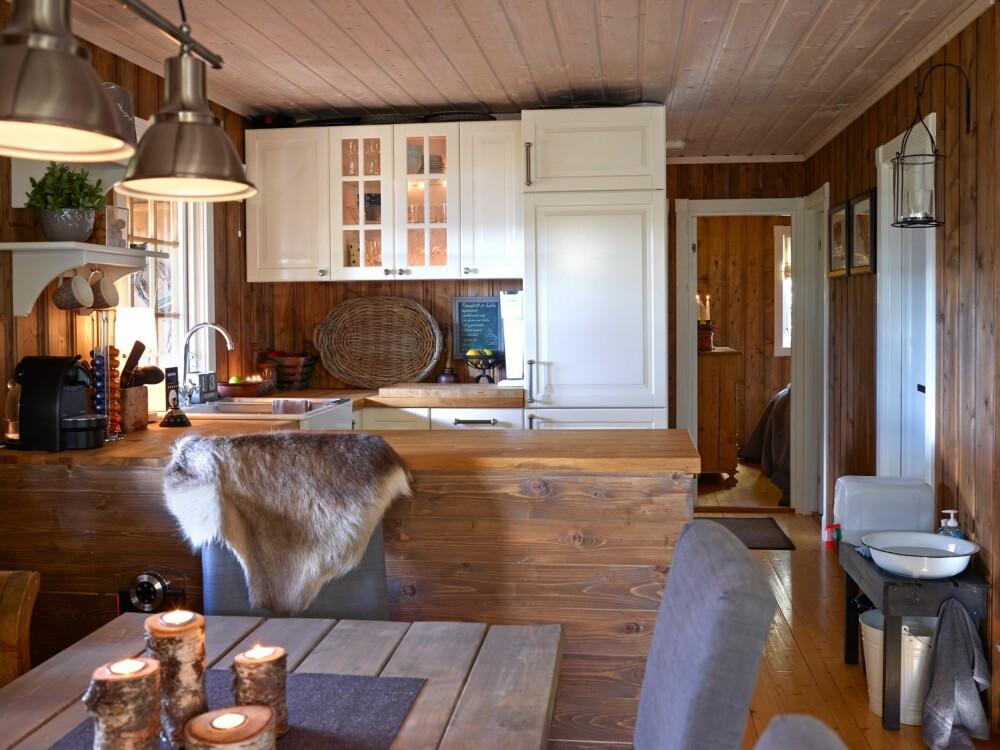 ÅPENT: Kjøkkenet, spisestuen og stuen er i en åpen løsning.  Det er praktisk og gir en god romfølelse.