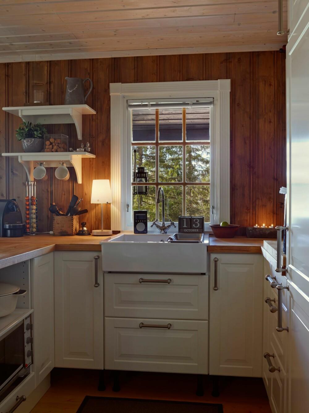 KJØKKEN: Kjøkkenet er det eneste de kjøpte nytt. Det er fra Ikea.