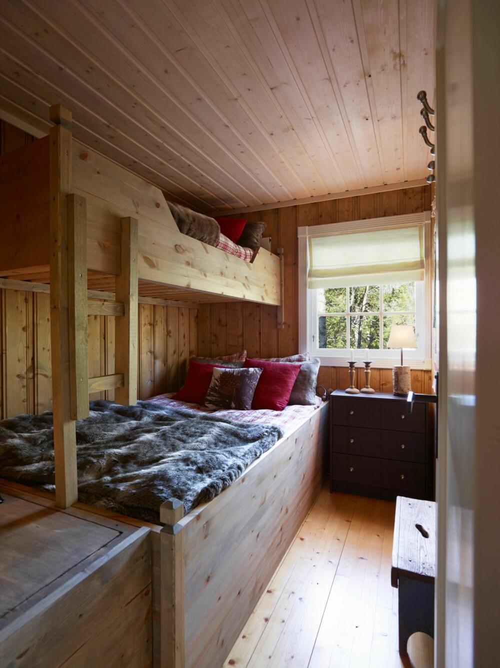 SELVBYGGET: Bent ble inspirert på hytteutstillingen til Drammenshytta, og har laget senger av hobbyplater fra Biltema og restematerialer.  I enden av sengen var det et tomrom som han har kledd inn, og som nå fungerer som ekstra oppbevaringsplass.