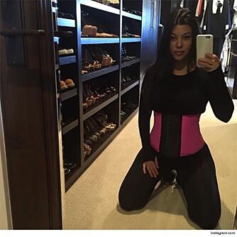 PÅVIRKER MØDRE: Kourtney Kardashian ble i desember i fjor mamma for tredje gang. På Instagram-kontoen sin reklamerer hun for  såkalte waist-trainers. FOTO: Instagram.