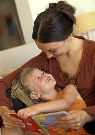 KOSESTUND: Lever den voksne seg inn i fortellingen, og svarer på barnets spørsmål, gir høytlesningen enda bedre effekt, ifølge forskere.