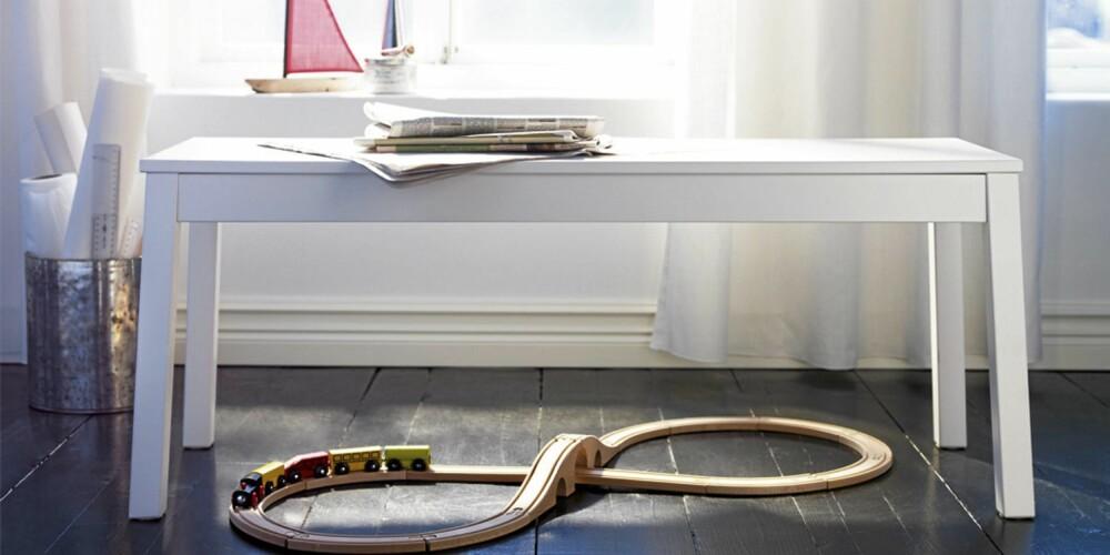 PÅ BENKEN: Denne fine enkle sittebenken fra Ikea kommer også i knall rødt - perfekt til julebordet!