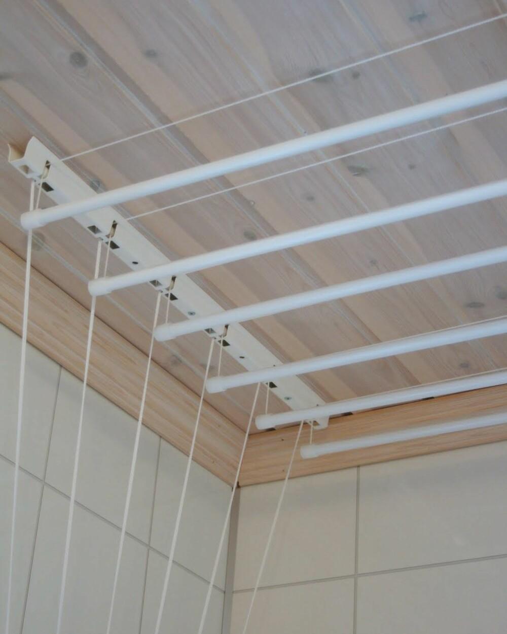OPP AV GULVET: Dette takmonterte tørkestativet er festet i taket ved hjelp av to skinner. Snorene gjør at du kan dra opp klærne til taket ved tørk. Stengene og snorene er konstruert for å tåle 10 kg pr. stang. Kr 1195, torkestativ.no. Foto: Tørkestativ.no