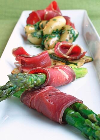 Rull en skive fenalår rundt aspargesen og server!