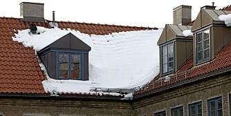 Snøen som ligger klar på takene er tung, og kan inneholde isklumper. Det kan være livsfarlig.